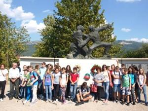 Pred spomenikom u Buzetu